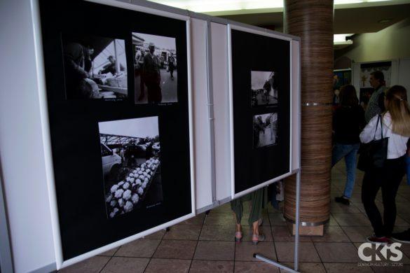 """Relacja Wystawa fotografii tradycyjnej czarno-białej pt: """"Skierniewicka ulica wobiektywie"""""""