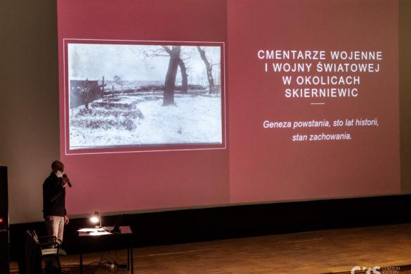 Relacja Wykład Uniwersytetu Trzeciego Wieku: Cmentarze wojenne Iwojny światowej wokolicach Skierniewic